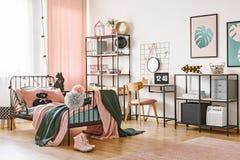 Camera da letto femminile di verde e di rosa fotografia stock
