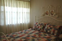 Camera da letto francese del paese immagini stock libere da diritti