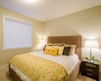 Camera da letto gialla moderna Fotografie Stock Libere da Diritti