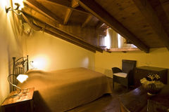 Camera da letto greca tradizionale della casa immagine stock