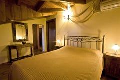 Camera da letto greca tradizionale della casa fotografia stock