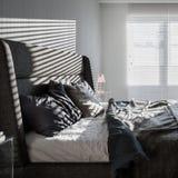 Camera da letto grigia con i ciechi di finestra immagini stock libere da diritti