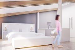 Camera da letto grigia della soffitta, Ministero degli Interni, lato, ragazza fotografie stock libere da diritti