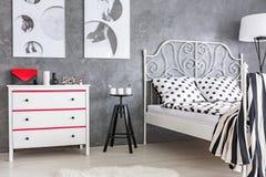 Camera Da Letto Rossa E Grigia : Camera da letto grigia rossa e bianca fotografia stock immagine