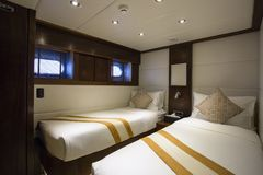 Camera da letto interna dell'yacht fotografia stock