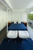 Camera da letto interna e comoda Fotografia Stock