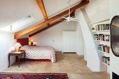 Camera da letto interna e comoda Fotografia Stock Libera da Diritti