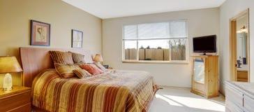 Camera da letto luminosa con il letto a strisce allegro Immagini Stock Libere da Diritti