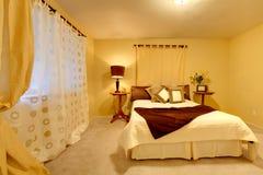 Camera da letto luminosa elegante Immagine Stock