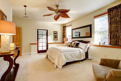 Camera da letto luminosa lussureggiante Immagini Stock