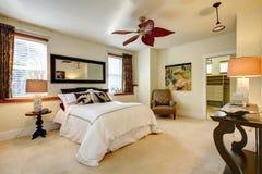 Camera da letto luminosa lussureggiante Fotografie Stock
