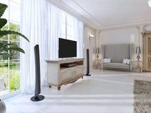 Camera da letto lussuosa con un grande sofà e l'unità della TV la grande finestra Fotografie Stock