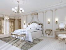 Camera da letto lussuosa nei colori bianchi in uno stile classico Fotografia Stock
