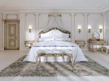 Camera da letto lussuosa nei colori bianchi in uno stile classico Fotografia Stock Libera da Diritti