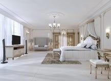 Camera da letto lussuosa nei colori bianchi in uno stile classico Fotografie Stock