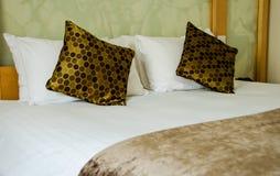 Camera da letto marrone bianca Fotografie Stock