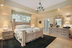 Camera da letto matrice con il soffitto di trey fotografia stock libera da diritti