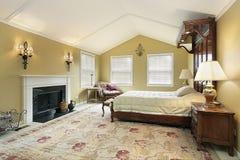 Camera da letto matrice con le pareti dell'oro fotografia stock libera da diritti