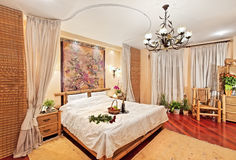 Camera da letto medioevale di stile con la base del baldacchino immagine stock