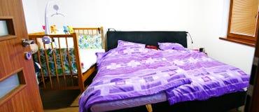 Camera da letto moderna Fotografie Stock Libere da Diritti