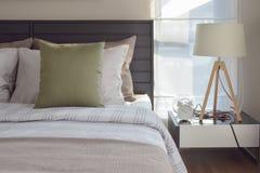 Camera da letto moderna con il cuscino verde e la lampada decorativa Immagine Stock Libera da Diritti