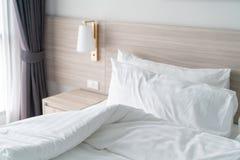 Camera da letto moderna con il letto di legno fotografia stock libera da diritti