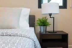 Camera da letto moderna con la lampada bianca Fotografia Stock