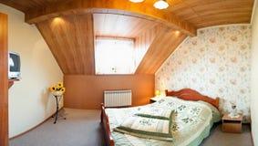 Camera da letto moderna del sottotetto o della soffitta Fotografia Stock Libera da Diritti
