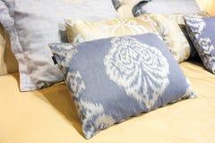 Camera da letto moderna di lusso di stile nei toni gialli e blu, interno di una camera da letto dell'hotel, cuscini con un orname Immagini Stock