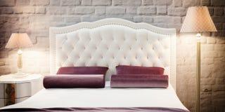 Camera da letto moderna di lusso di stile nei toni rosa e caldi, interno di una camera da letto dell'hotel Fotografia Stock