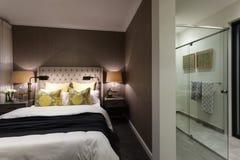 Camera da letto moderna di un hotel allegato ad un bagno Fotografia Stock Libera da Diritti