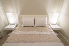 Camera da letto moderna luminosa e pulita Fotografie Stock Libere da Diritti