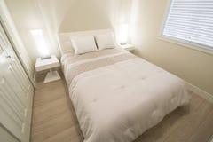 Camera da letto moderna luminosa e pulita Fotografie Stock