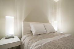 Camera da letto moderna luminosa e pulita Immagini Stock Libere da Diritti