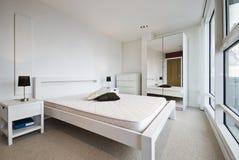 Camera da letto moderna nel bianco Immagini Stock Libere da Diritti