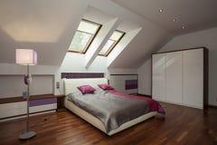 Camera da letto moderna spaziosa Fotografie Stock Libere da Diritti