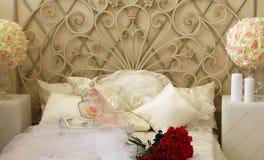 Camera da letto nei toni leggeri, una sorpresa per il giorno del ` s del biglietto di S. Valentino, fiori fotografia stock