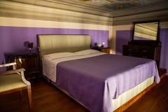 Camera da letto nella stanza alta di spaccatura Immagini Stock