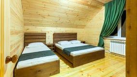 Camera da letto per gli ospiti con due letti fotografie stock