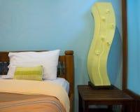 Camera da letto piacevolmente decorata in hotel Immagine Stock Libera da Diritti