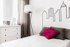 Camera da letto in pieno di luminosità fotografie stock