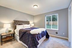 Camera da letto principale adorabile con le pareti grige molli Fotografia Stock Libera da Diritti