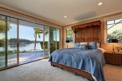 Camera da letto principale Letto con l'alta testata scolpita di legno Immagine Stock Libera da Diritti
