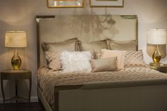 Lampada antica in camera da letto lussuosa immagine stock
