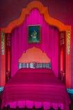 Camera da letto rossa e rosa un letto di 1001 notte Immagine Stock Libera da Diritti