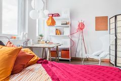 Camera da letto rossa ed arancio Immagini Stock Libere da Diritti