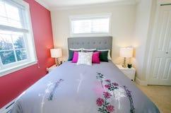 Camera da letto rossa moderna Fotografie Stock