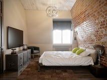 Camera da letto scandinava moderna contemporanea urbana del sottotetto Fotografia Stock
