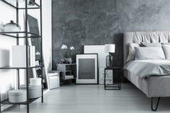 Camera da letto semplice con il comodino fotografie stock libere da diritti