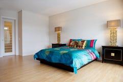 Camera da letto spaziosa con mobilia moderna Fotografia Stock Libera da Diritti